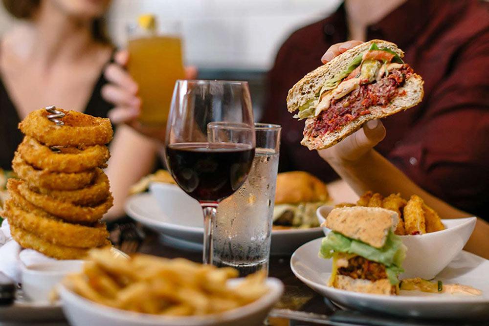 gedeckter tisch bei 5 napkins burger new york