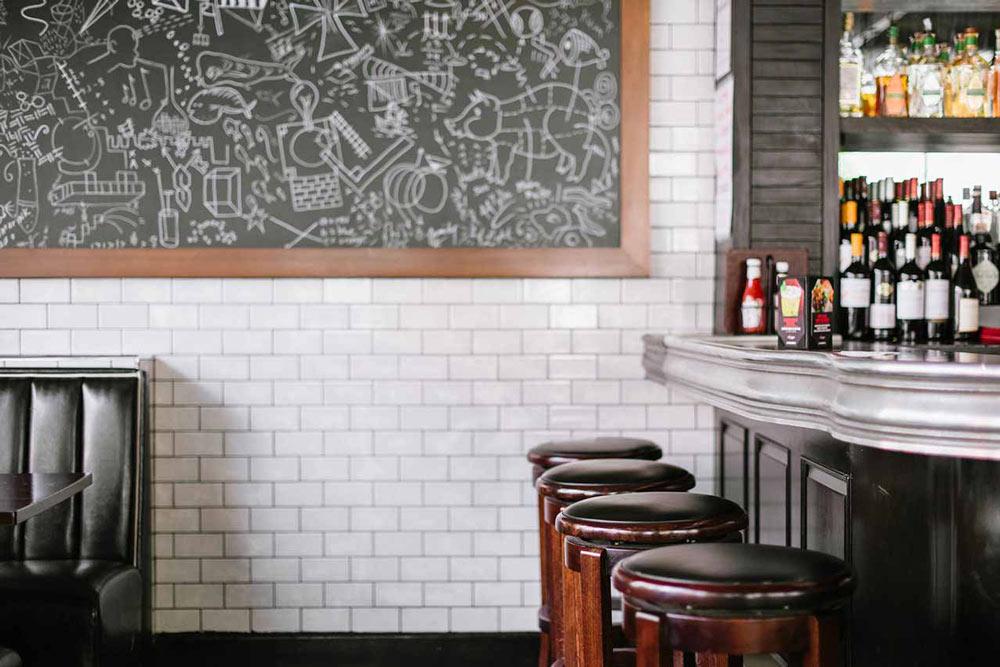stühle an der bar von 5 napkins burger