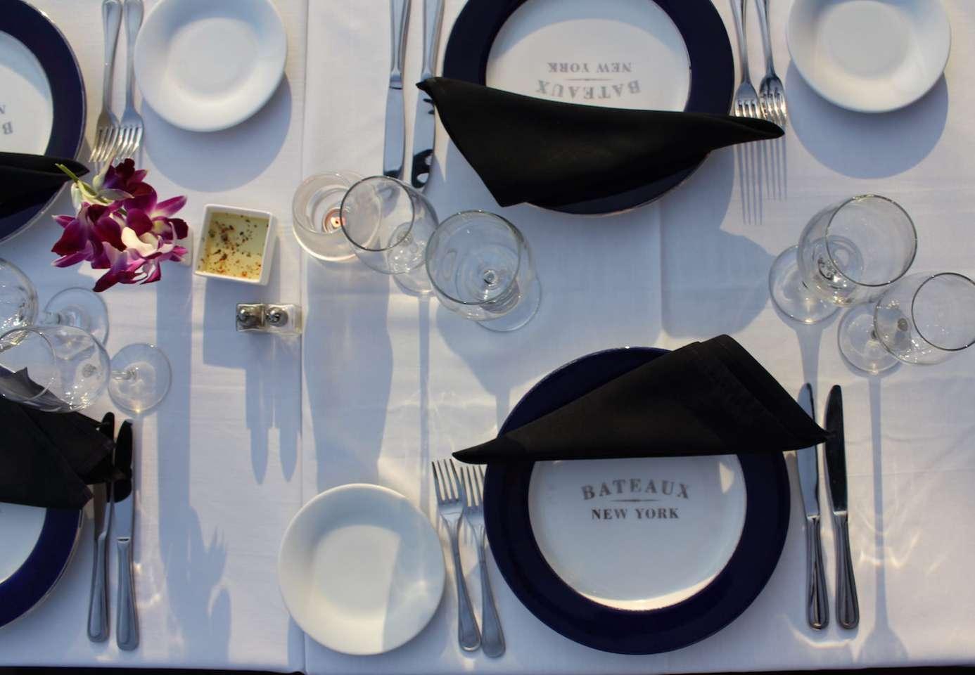 Cena en un barco por Manhattan