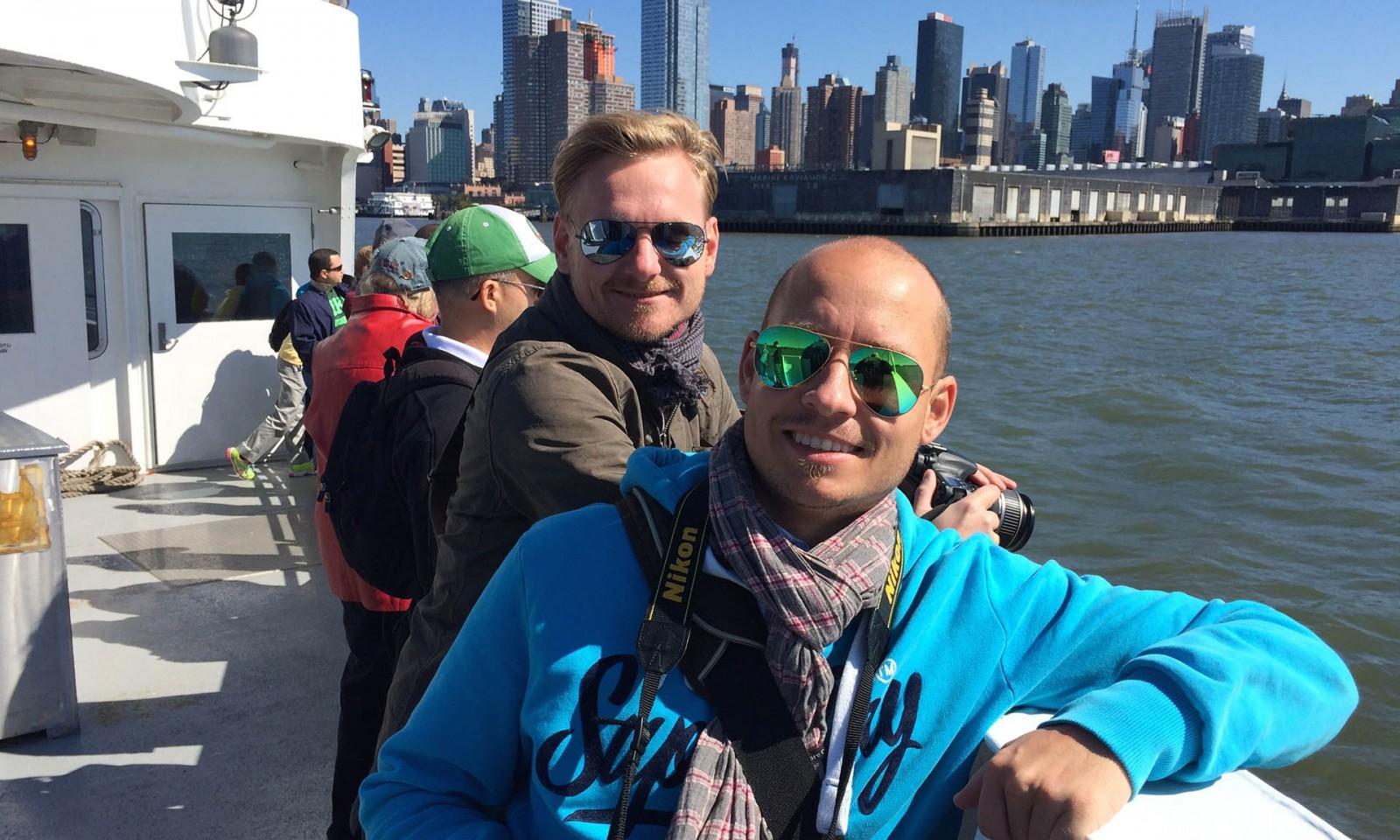 Nosotros durante una vuelta en barco por Nueva York