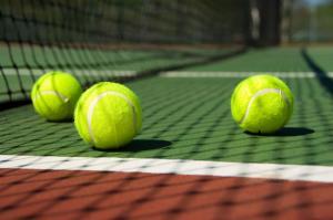 us open tennis: 3 tennisbälle auf tennisplatz