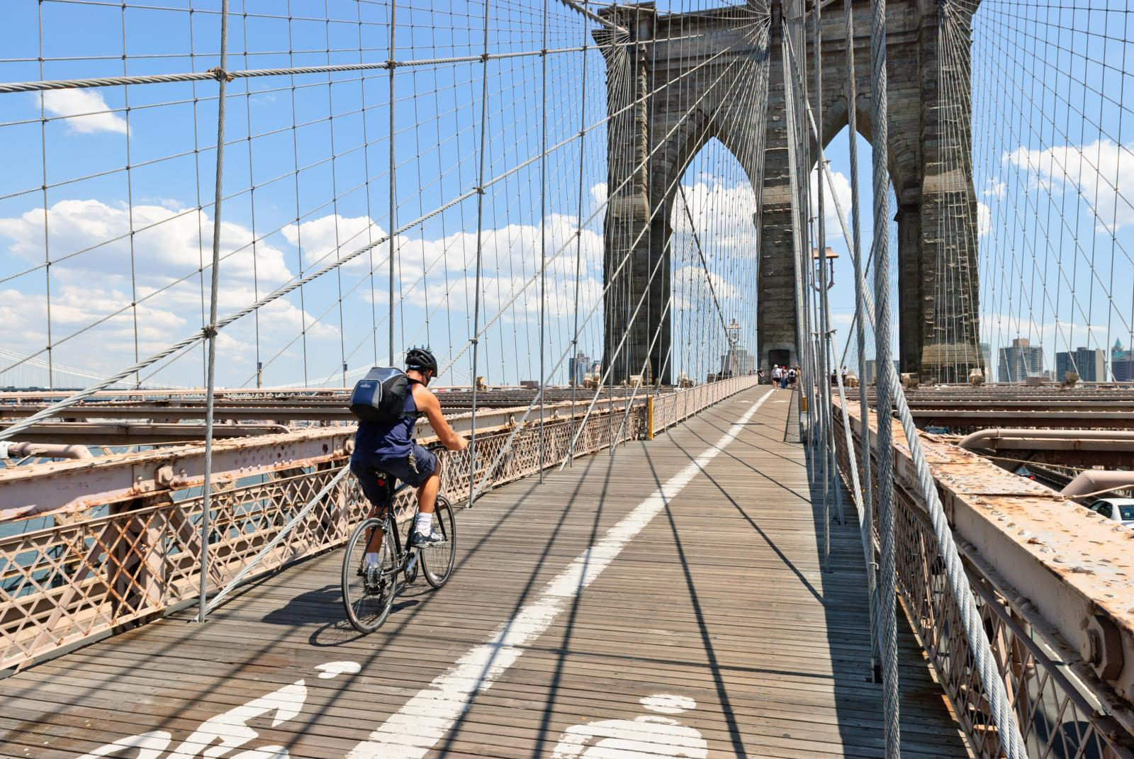 Un ciclista en el Brooklyn Bridge de Nueva York