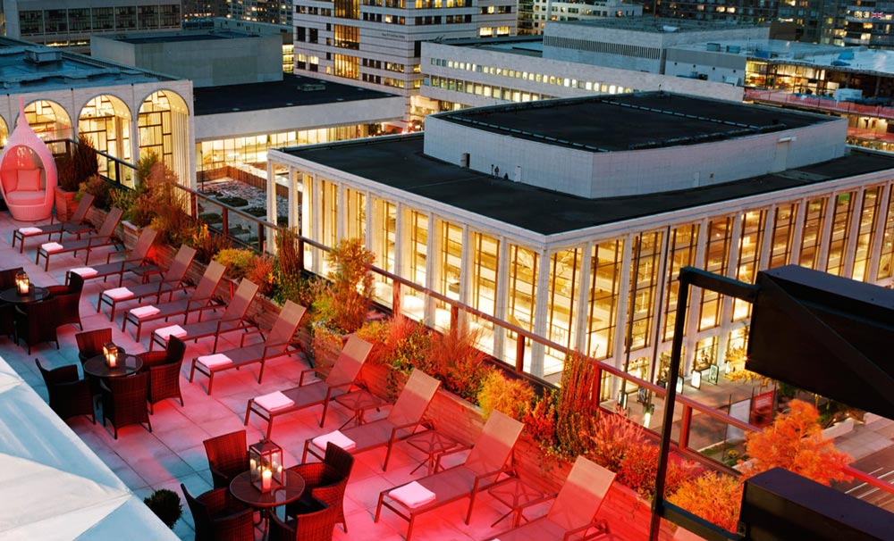 sofás y tumbonas en el empire hotel rooftop-bar new york