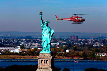 hubschrauber umrundet freiheitsstatue in new york