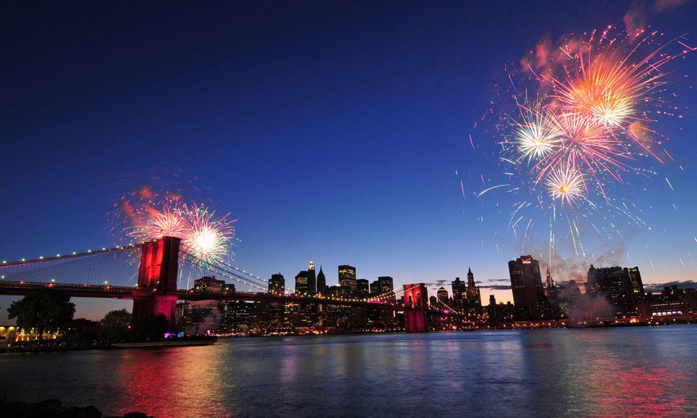feuerwerk über der brooklyn bridge in new york