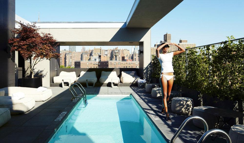 visitante a la piscina de la piscine pool rooftop-bar
