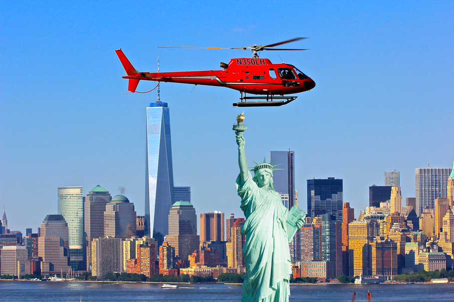 helikopter über der freiheitsstatue