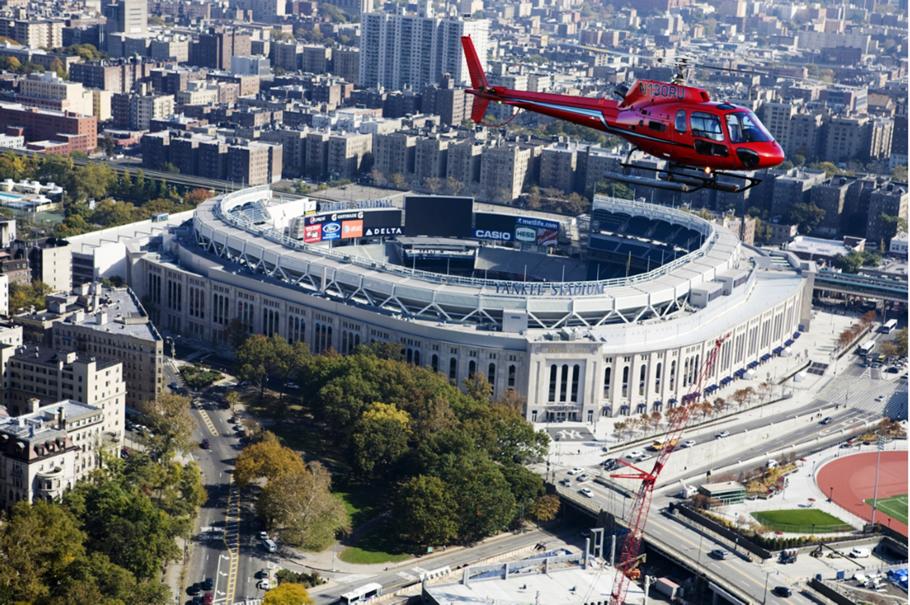 helikopter über der freiheitsstatue über stadion