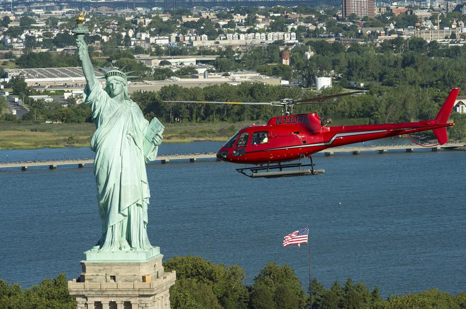 helikopter bei der freiheitsstatue