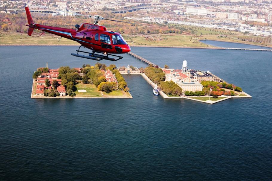 helikopter über fluss