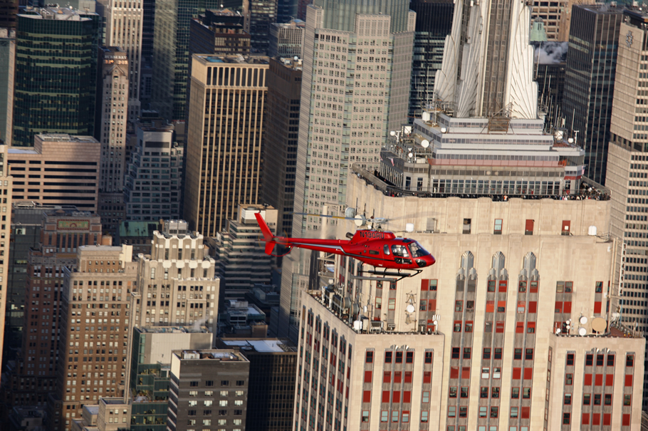 helikopter inmitten von wolkenkratzern
