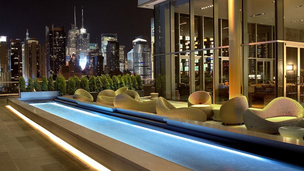 press lounge rooftop-bar por la noche