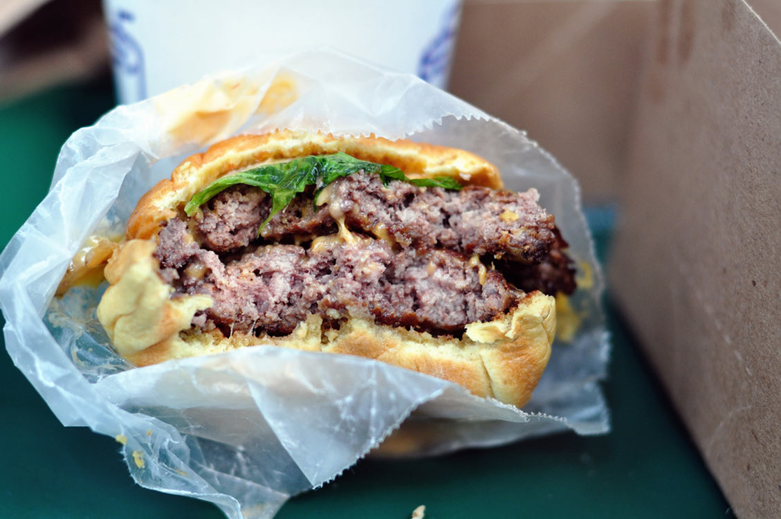 burger im papier bei shake shack new york