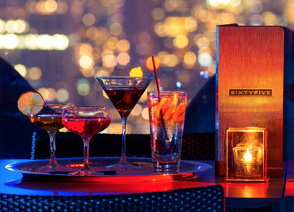 vasos de cocktail diversos en el sixtyfve rooftop-bar
