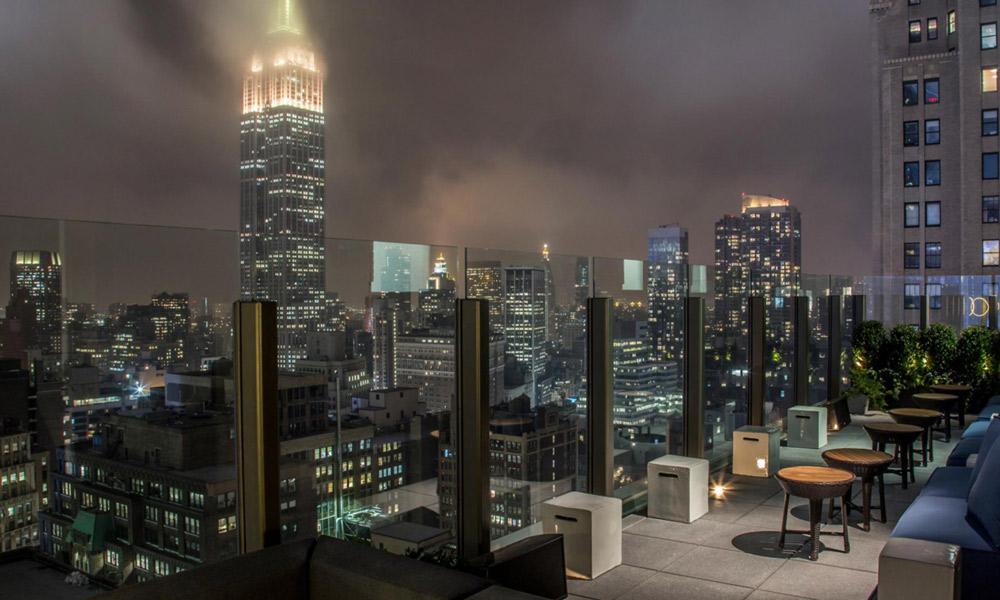 vista del skylark rooftop-bar por la noche