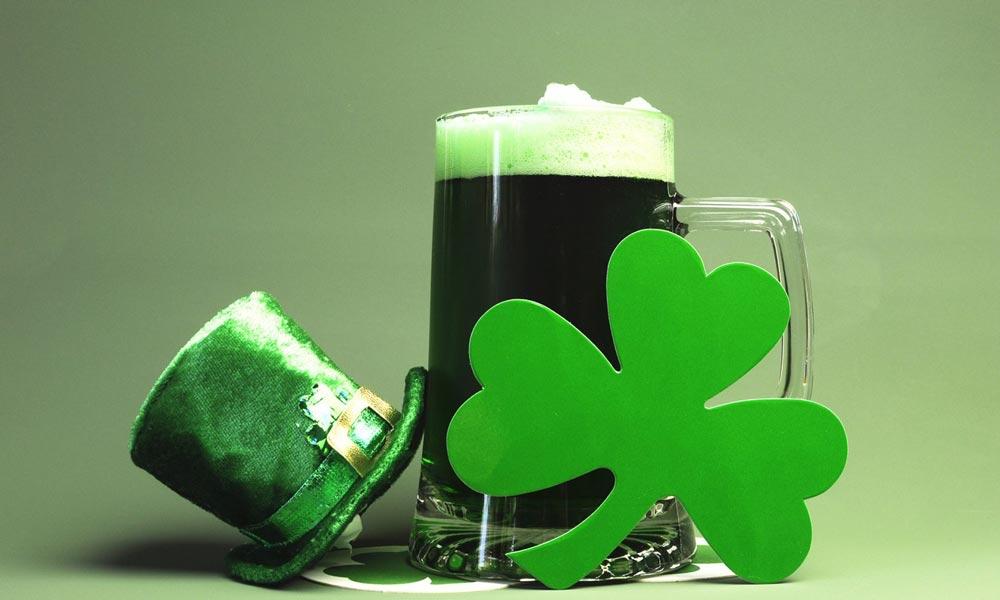 st. patrick's day grünes bier, ein kleeblatt und ein grüner hut