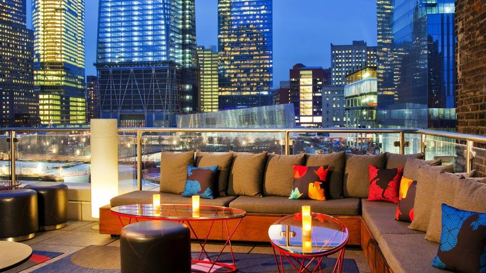 sofá en el w downtown rooftop-bar
