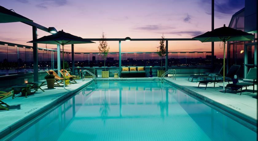 poolbereich im gansevoort hotel new york