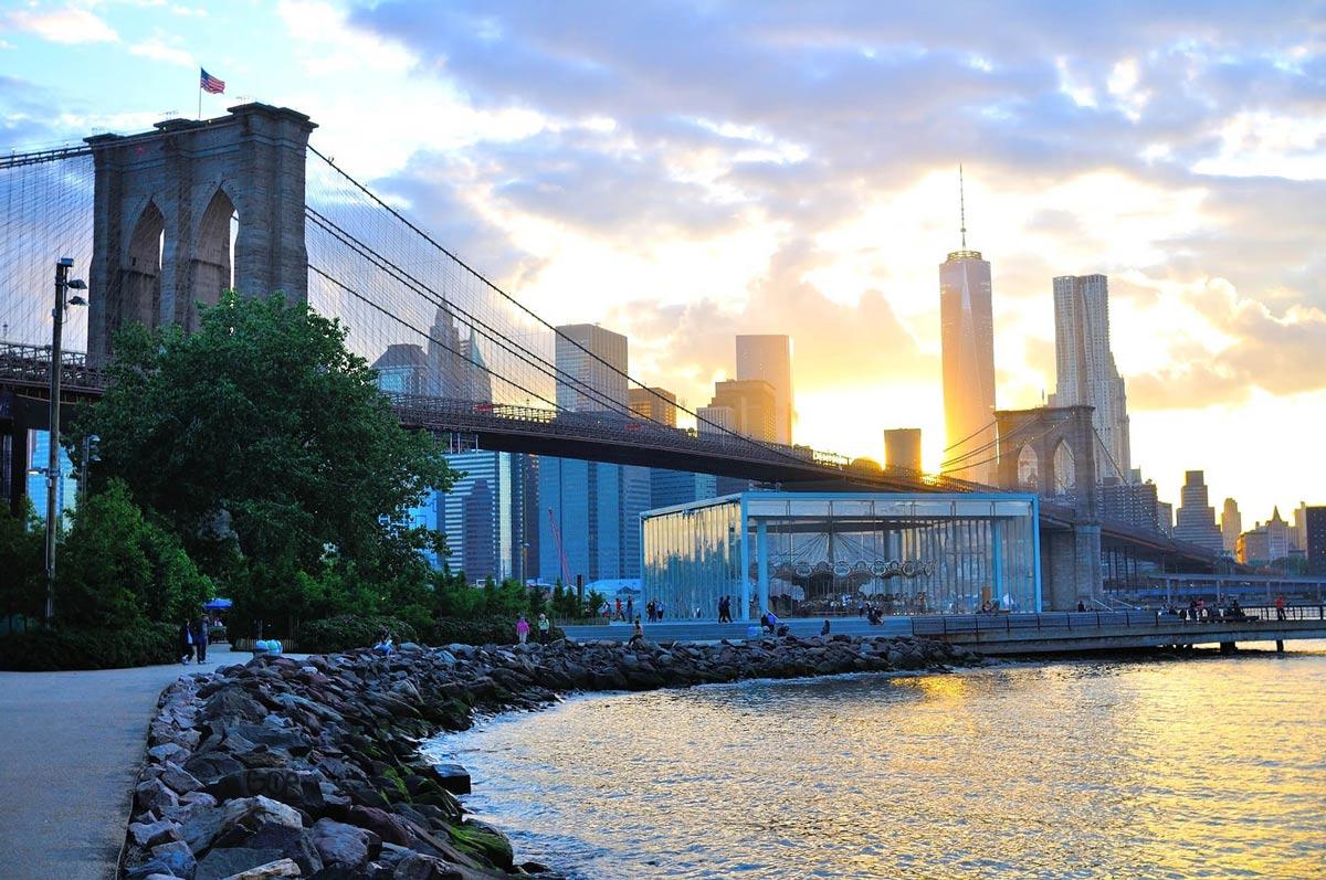 brooklyn bridge mit blick auf das one world trade center in new york