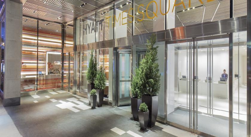 eingang des hyatt times square hotel new york