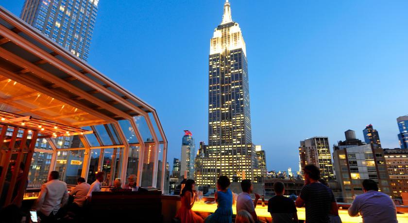ausblick auf das empire state building von der rooftop-bar des strand hotel new york