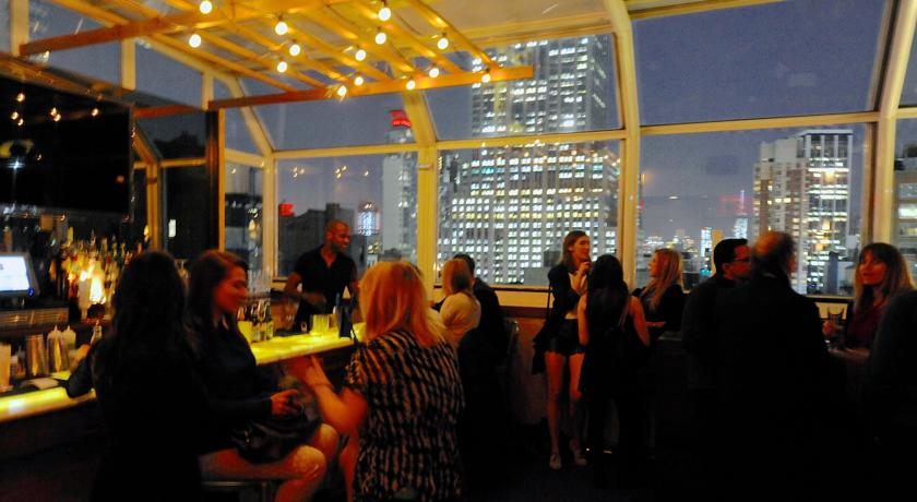 besucher der rooftop-bar des strand hotel new york
