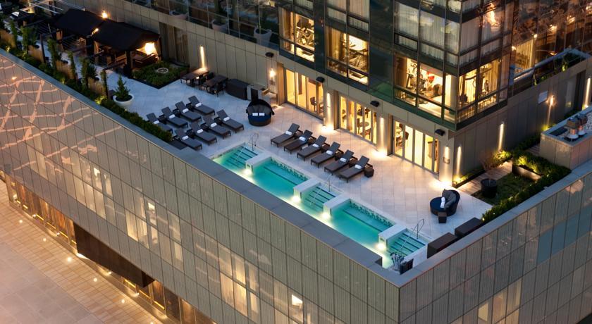 poolbereich des trump soho hotel new york von oben