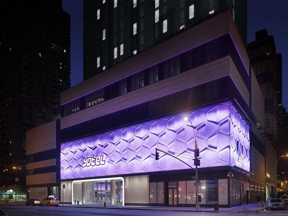 hotel yotel new york von aussen beleuchtet am abend