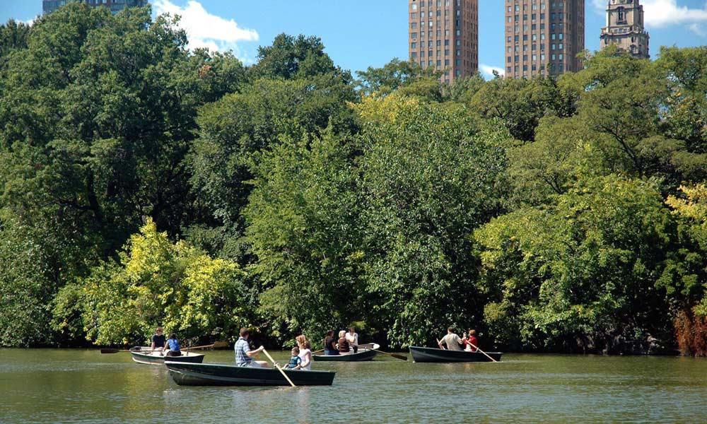diverse bootfahrer im central park