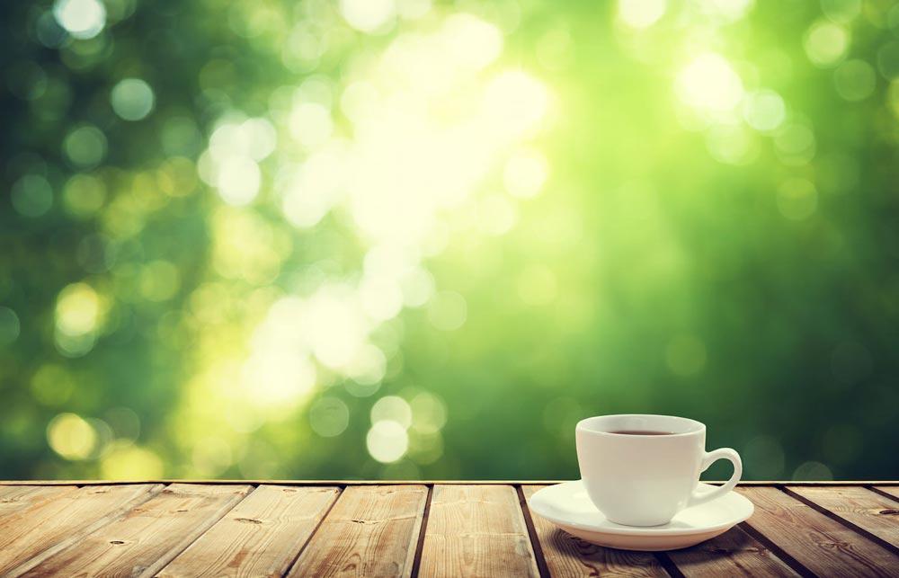 eine tasse kaffee auf holzboden