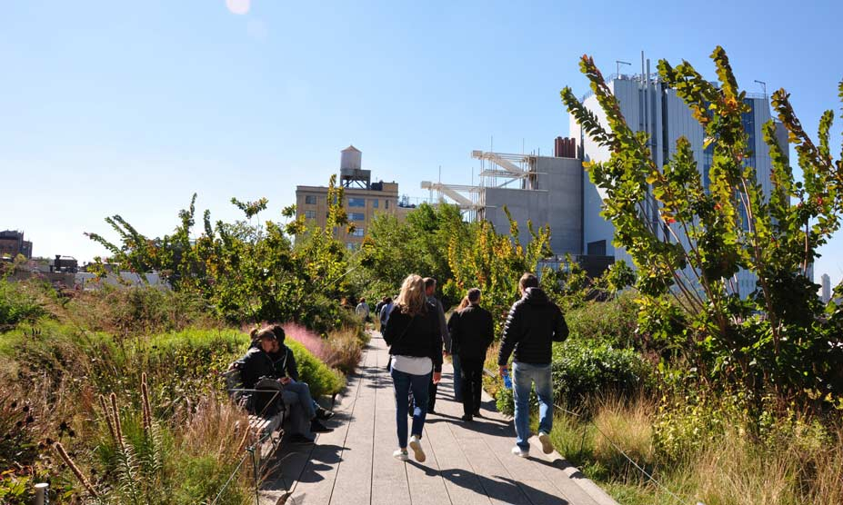 besucher im high line park new york