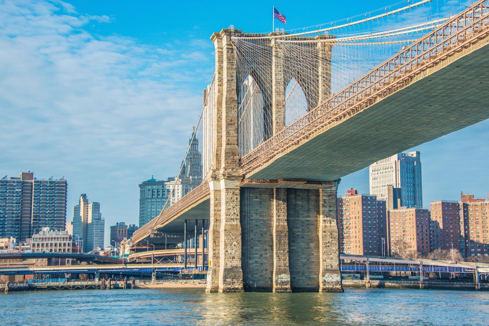 Puente de Brooklyn en verano