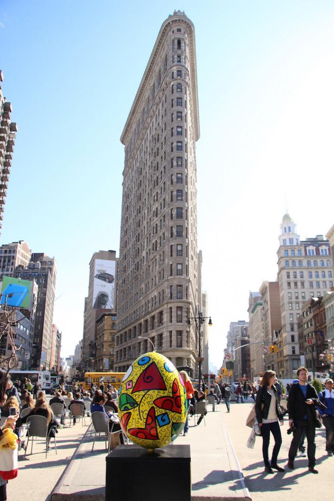 Huevo de pascua frente al Flatiron de Nueva York