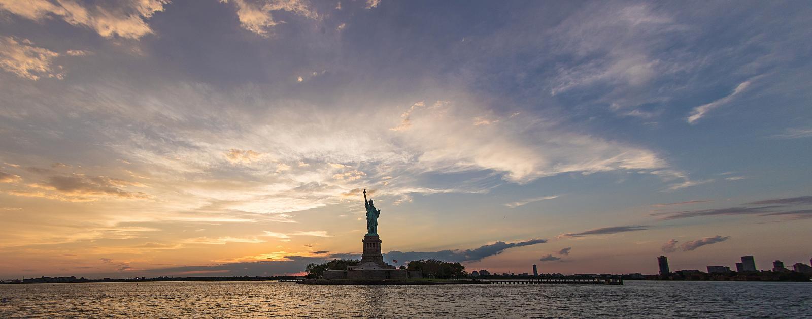 Anochecer en Nueva York frente a la Estatua de la Libertad