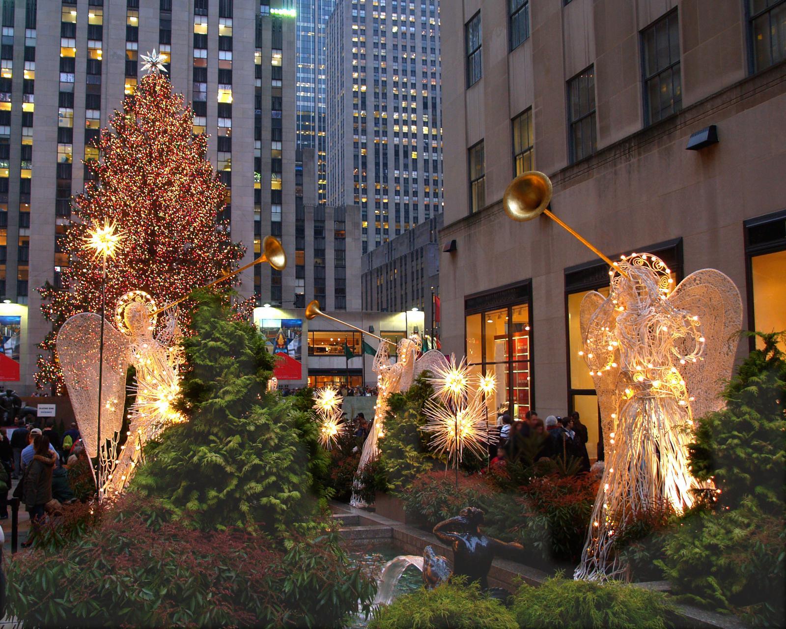 Luces de Navidad en el Rockefeller Center con el árbol de fondo, Nueva York