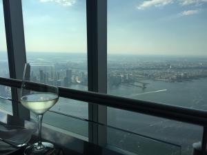 Una copa de vino frente a el skyline de Nueva York desde el One World Observatory