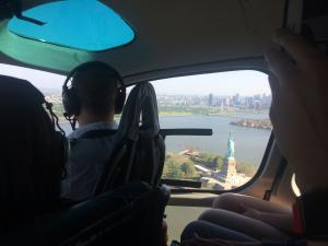La estatua de la Libertad desde un helicóptero en Nueva York