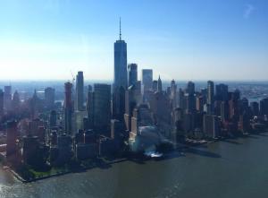 El One World Trade Center visto desde un helicóptero en Nueva York